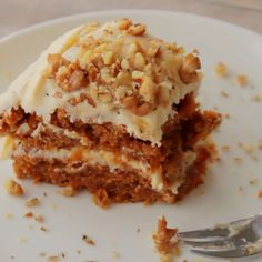 Moist, rich vegan carrot cake topped with lemon buttercream frosting and crushed walnuts. Moist, rich vegan carrot cake topped with lemon buttercream frosting and crushed walnuts. Cake Vegan, Vegan Carrot Cakes, Carrot Recipes, Vegan Dessert Recipes, Easy Cake Recipes, Frosting Recipes, Carrot And Walnut Cake, Vegan Baking Recipes, Vegetarian Cake