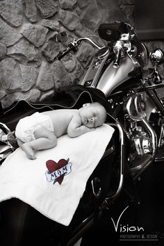 baby on a Harley Davidson motorcycle, no diaper this time! baby on a Harley Davidson … Biker Baby, Newborn Pictures, Baby Pictures, Newborn Pics, Infant Photos, Newborn Shoot, Baby Photos, Family Photos, Motos Harley Davidson