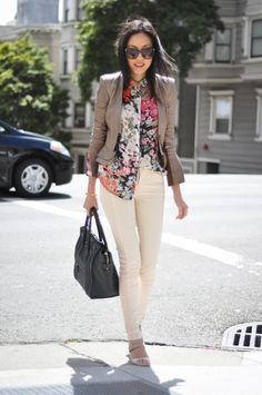 9to5 chic. Printed floral top and cream colored skinny pants. #streetstyle #AdeaEveryday