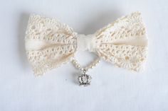 bow brooch, Cream colored with silver plated crown pendant, classic lolita princess style. Gothic Jewelry, Unique Jewelry, Princess Style, Pearl Color, Lace Agate, Rarity, Amethyst, Chokers, Pendants