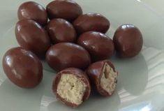 Kinder Schoko-good home Thermomix recipe chocolate sweets very gourmet milk chocolate, white chocolate and praline easy to prepare at home for children. Chocolate Bonbon, Chocolate Sweets, Chocolate Recipes, Chocolate House, Sweet Recipes, Cake Recipes, Dessert Thermomix, Pain Thermomix, Good Food