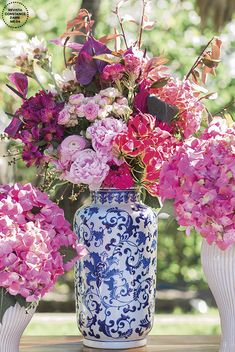 Decoração de casamento inspirada na Grécia - em azul, branco e rosa - arranjo de flores com hortênsias, peônias, orquídeas, antúrio e mais ( Foto: LoveShake ) Luxury Wedding, Rustic Wedding, Dream Wedding, Blue White Weddings, Blush Weddings, Blue And White Dinnerware, Floral Wedding, Wedding Flowers, Mediterranean Wedding