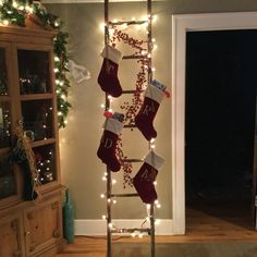to decorate with Christmas lights this holiday season.How to decorate with Christmas lights this holiday season. 64 insanely easy christmas decorations to make in a pinch page 19 Country Christmas, Winter Christmas, Christmas Home, Fire Place Christmas Decor, Ladder Christmas Tree, Christmas Mantles, Christmas Greenery, Victorian Christmas, Simple Christmas
