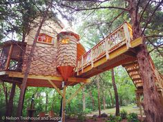 A treehouse for dreaming central park Cubby Houses, Play Houses, Wooden Houses, Cool Tree Houses, Tree House Designs, Unusual Homes, Tree Tops, In The Tree, Architecture Details
