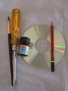 Herramientas para hacer una pintura en un CD Reciclado. Primero lo pintas con acrílica, segundo dibujas el diseño, tercero lo trazas con el desatornillador (Screw driver) y ya esta lista la obra de arte. M. Melara