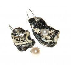 Pendientes twins realizados con perla cultivada e hilo de plata de ley y pieza irregular de valva marina esmaltada.  Enganche en plata. Diseño original de Beatriz Clara.