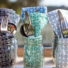Cute and easy idea for summer entertaining. Place napkins and silverware in mason jars that double as drinking glasses. Dinner Napkins, Napkins Set, Folding Napkins, Mason Jar Crafts, Mason Jars, Printed Napkins, Party Entertainment, Decoration Table, Dining Decor