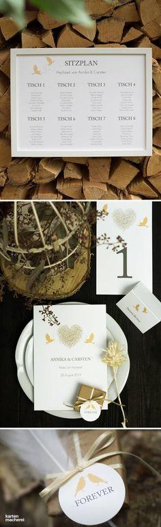 Sitzplan nicht vergessen! Damit eure Gäste wissen, wo sie sitzen, könnt ihr ganz einfach euren Sitzplan auf A4 oder A3 gestalten. Hier seht ihr Papeterie aus der Serie 'Liebesnest', die mit Vögeln als Motiv spielt, die ihr Nest bauen. Dazu passend: das Hochzeitsmenü, Tischnummern, Tischkarten und Geschenkeanhänger für eure Gäste.