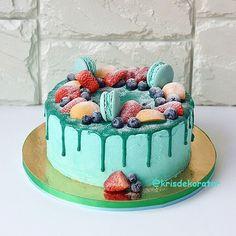 Торт мятного цвета с макарон и ягодами. Внутри теперь уже закрепленная за мужчинами начинка - ванильные коржи,пропитанные лаймовым курдом и бренди , крем сливки и макарпоне с добавлением лаймового маршмеллоу