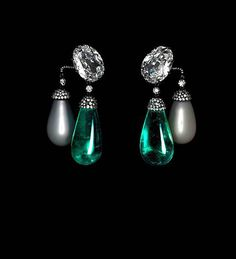 Emeralds, oriental pearls, diamonds, and platinum. Private collection.