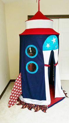 Dieses fabelhafte Rakete Schiff Zelt, Rakete Gemini II bietet eine geräumige Kammer mit einer hohen Decke, 2 Bullaugen und 3 Innentaschen für die Lagerung. Raumschiff Rakete ist sicher, die Funktion des Kindes Zimmer Dekor sein. Hängt von der Decke (Haken für Stud Installation
