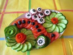 Fab Festive Fruit Platter Arrangememt: DIY Festive Fruit Platter for Christmas and Holiday or Any Party: Party Fruit Serving Idea Veggie Platters, Veggie Tray, Food Platters, Party Platters, Veggie Display, Vegetable Snacks, Fruit And Vegetable Carving, Food Carving, Food Garnishes