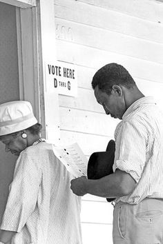 Waiting to vote in Alabama in after the Voting Rights Act was passed. I was two or three when this photo was taken and can't imagine life for non-whites in the US before that. think how kids today view relations between non-whites and whites. Black History Facts, Black History Month, Granada, Black Art, My Black Is Beautiful, African American History, World History, Civil Rights, Black People