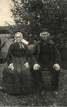 Wolter Kroezen en Geertje Zwiep in oud Drentse kledij te Hollandscheveld. kaart 1909-1919 J. Stoter, Hoogeveen. #Drente #Saksen