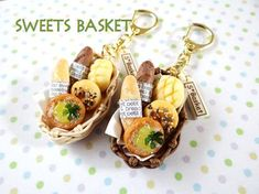 SWEETS BASKET (S*Basket)-完成品・かごパンのキーホルダー(1)1211 Miniature Crafts, Miniature Food, Miniature Dolls, Polymer Clay Kawaii, Polymer Clay Jewelry, Clay Miniatures, Dollhouse Miniatures, Food Crafts, Diy And Crafts