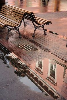 """Reflet de la maison rose dans une flaque d'eau.""   =  (""Reflection of the pink house in a puddle."")"