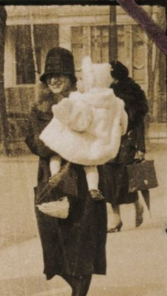 """yoursannefrank: """" Edith Frank with little Margot in Frankfurt - 1927 """" Anne Frank, Margot Frank, Vintage Photographs, Vintage Images, History Class, Historical Pictures, Frankfurt, Old Things, Brave Women"""