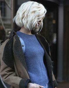 Un carré wavy blond platine