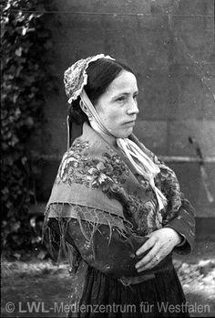 Nordrhein-Westfalen. Alte Volkstrachten: Frau mit Schultertuch und Haube. Kreis Borken. ca. 1930 #Muensterland