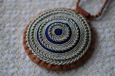 Resultado de imagem para how to do the double snowflake braid Sami bracelet Friendship Art, Friendship Bracelet Patterns, Thread Bracelets, Embroidery Bracelets, Textiles, Viking Dress, Viking Bracelet, Bone Jewelry, Leather Art