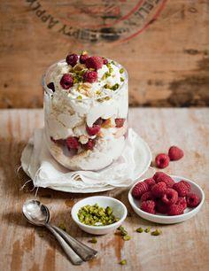 Semifreddo with rasberries & savoyardi. No sé que diantres son los savoyardi pero quiero esto para mí para siempre.