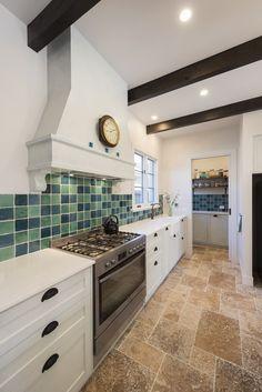 Pretty white kitchen in Mediterranean style with beige travertine tiles Granite Tile, Travertine Tile, Mediterranean Kitchen, Mediterranean Style, Flagstone Flooring, Timber Beams, Stone Kitchen, Interior Decorating, Interior Design