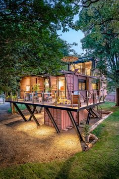 This container house chose an interior design based on recycled wood - . - This container house has chosen an interior design based on recycled wood – PLANETE DECO a homes - Container Architecture, Container Buildings, Raised House, Veranda Design, Container Cafe, Tiny Container House, Storage Container Homes, Shipping Container Home Designs, Shipping Containers