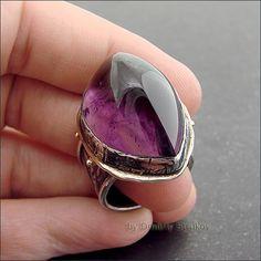 Крупный эффектный перстень с аметистом.