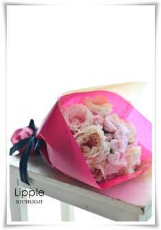 花束の包み方 最近では、卒業式や入学式に、在校生やPTAの方々が、花をラッピングして贈る機会が増えているそうです。 自分達でラッピング出来れば、心を込めた花束をお贈りできますし、経費もかけずに済みますよね。 ですが、お花屋さんでは当た …