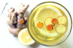 Der Immun-Booster Ingwer-Kurkuma-Zitronen-Tee als Geheimwaffe gegen Erkältung. Kurkuma wirkt krebshemmend, antioxidativ und entzündungshemmend, Ingwer zusätzlich erwärmend.