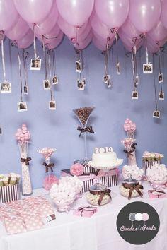 Decora el techo de tu mesa dulce con globos y fotografías de a quien le festejas. #MesasDulcesBogota: