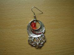 Brincos em metal prateado e pérola vermelha.