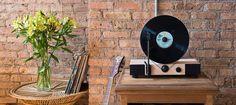 Imaginé par le studio de design Gramovox, le Floating Record est un tourne disque résolument contemporain ! Un objet vintage