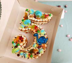 давно не было циферок, исправим ✨😍 🔹 🍯 медовичок 🍓 клубника 🍥 крем-чиз на белом шоколаде 🔹 #тортназаказ #тортназаказкрасноярск… Number Birthday Cakes, 10 Birthday Cake, Dinosaur Birthday Cakes, Superhero Birthday Cake, Dinosaur Cake, Number Cakes, Birthday Cookies, Cake Cookies, Cupcake Cakes