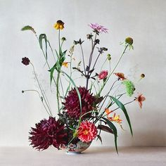 Outtake from our Le Monde M magazine summer series with and photography by Amber Rowlands Bunch Of Flowers, Wild Flowers, Floral Centerpieces, Floral Arrangements, Flower Arrangement, Natural Bouquet, Corporate Flowers, Flower Fashion, Ikebana