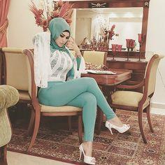 Beautiful, stylish and fashionable hijabi girls Hijabi Girl, Girl Hijab, Hijab Fashion, New Fashion, Hijab Jeans, Arab Girls Hijab, Muslim Beauty, Beautiful Muslim Women, Islamic Fashion