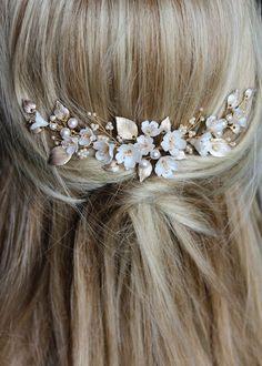 A bespoke floral bridal comb for NZ bride Taylor_7 Floral Headpiece, Headpiece Wedding, Wedding Veils, Wedding Hair Flowers, Flowers In Hair, Floral Wedding, Bridal Comb, Bridal Hair, Classic Wedding Gowns