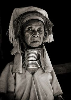 Long Neck old woman - Thailand    The long neck women are Burmese refugees.    © Eric Lafforgue