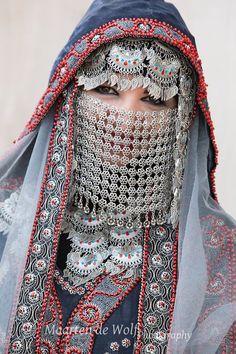Burka Fashion, Ethnic Fashion, Muslim Girls, Muslim Women, World Of Fashion, Fashion Art, Moroccan Bride, 3d Foto, Afghan Dresses