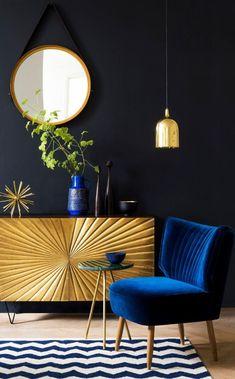 How fabulous is this single gold pendant light over the electric blue velvet chair? Love! #inspiringlighting #homedecor #goldlighting
