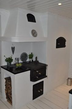 Easy way to make a top for the stove! Swedish Kitchen, Swedish Cottage, Beautiful Kitchen Designs, Beautiful Kitchens, Mountain House Decor, Rv Homes, Antique Stove, Kitchen Stove, Scandinavian Home