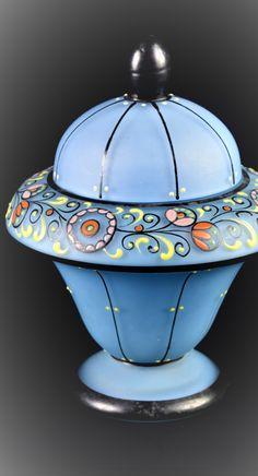 DÓZA ART DECO Čechy, Kamenický Šenov, sklářská škola K. u. K. Fachschule Steinschönau, ca 1920 Dóza zvonovitého tvaru na nízké patce a s polokulovitým víkem, bezbarvé sklo podjímané poloopakní světle modrou sklovinou, zdobeno stylizovanou florální malbou barevnými emaily s černou obrysovou linkou a charakteristickým tečkováním. V. 14,5 cm Deco, Decor, Deko, Decorating, Decoration