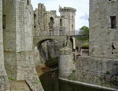 Raglan Castle in southern Wales - Watch: http://destinations-for-travelers.blogspot.com.br/2014/12/castelo-ragan-pais-de-gales.html
