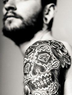 Totenkopf Tattoo Schulter schwarz Diamanten