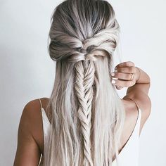 Who wouldn't want her hair? @emilyrosehannon  #regram #obsessed #blondehair #styleblogger #fblogger #womencrush #hairinspo #instahair #love #pretty #gorgeous #longhair #summer