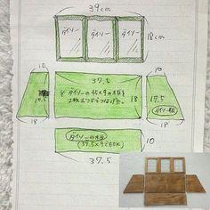 女性で、3DKのショーケースの設計図/ショーケース DIY/ショーケース手作り/パタパタ扉…などについてのインテリア実例を紹介。「 100均材料の簡単ショーケースですが、以前サイズの詳細を知りたがってらっしゃる方がいらしたので参考になれば。 ※以下、長いです。 材料は(今回の背板無し版の材料)、 ●ダイソーの45×9の板2枚。  (底面の板になります。2枚を木工用ボンドで張り合わせて45×18の1枚板にしてから、37,5㎝にカットします) ●ダイソーの45×12の板1枚。 (上面の板になります。幅を10㎝にカット、長さを37,5㎝にカット。もし面倒なら、同じダイソーの45×9の板をそのまま使っても良いです。が、窓の傾斜が少し強めになります。) ●ダイソーの45×25の150円の板1枚。(この板からサイドの台形の板を2枚切り出します。上面10㎝、底面18㎝、高さ17,5㎝、この3辺の長さを取れば自動的に斜め部分の長さが出るのでサイズは表記してません) ●ダイソーのフォトフレーム3枚 ●蝶番3個(セリア。6個で100円?) ●ボンド、釘、ビ...