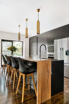 Gorgeous Black and Timber combination in a modern Kitchen. Kitchen Tops, New Kitchen, Kitchen Dining, Rustic Kitchen Island, Kitchen Benches, Home Decor Kitchen, Home Kitchens, Kitchen Ideas, Timber Kitchen