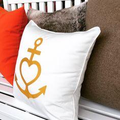 Weißes Outdoor Kissen mit Paspel in Gold bestickt mit den Symbolen der Liebe, des Glaubens und der Hoffnung. Indoor Outdoor, Bed Pillows, Pillow Cases, Design, Gold, Faith, Textiles, Pillows, Design Comics