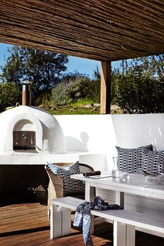 pizza pizza oven How To Give Your Outdoor Space Built In Bbq, Built In Seating, Outdoor Living Rooms, Outdoor Spaces, Outdoor Kitchens, Barbacoa, Four A Pizza, Pizza Oven Outdoor, Bbq Area