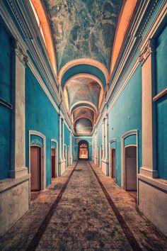 27. Terk edilmiş bir saraydan koridor..